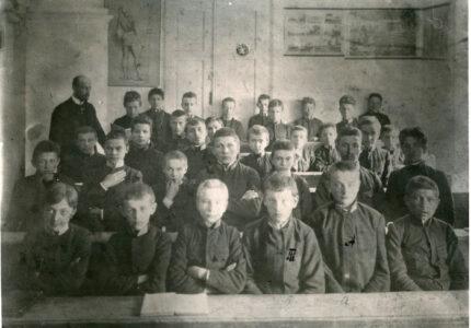 Андрій і Тарас Франки з учнями Львівської академічної ґімназії