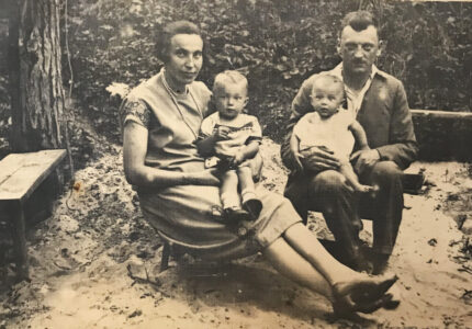 Тарас і Катерина Франки з доньками Зиновією та Любомирою
